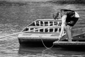 Image of Oxford undergraduate preparing to punt
